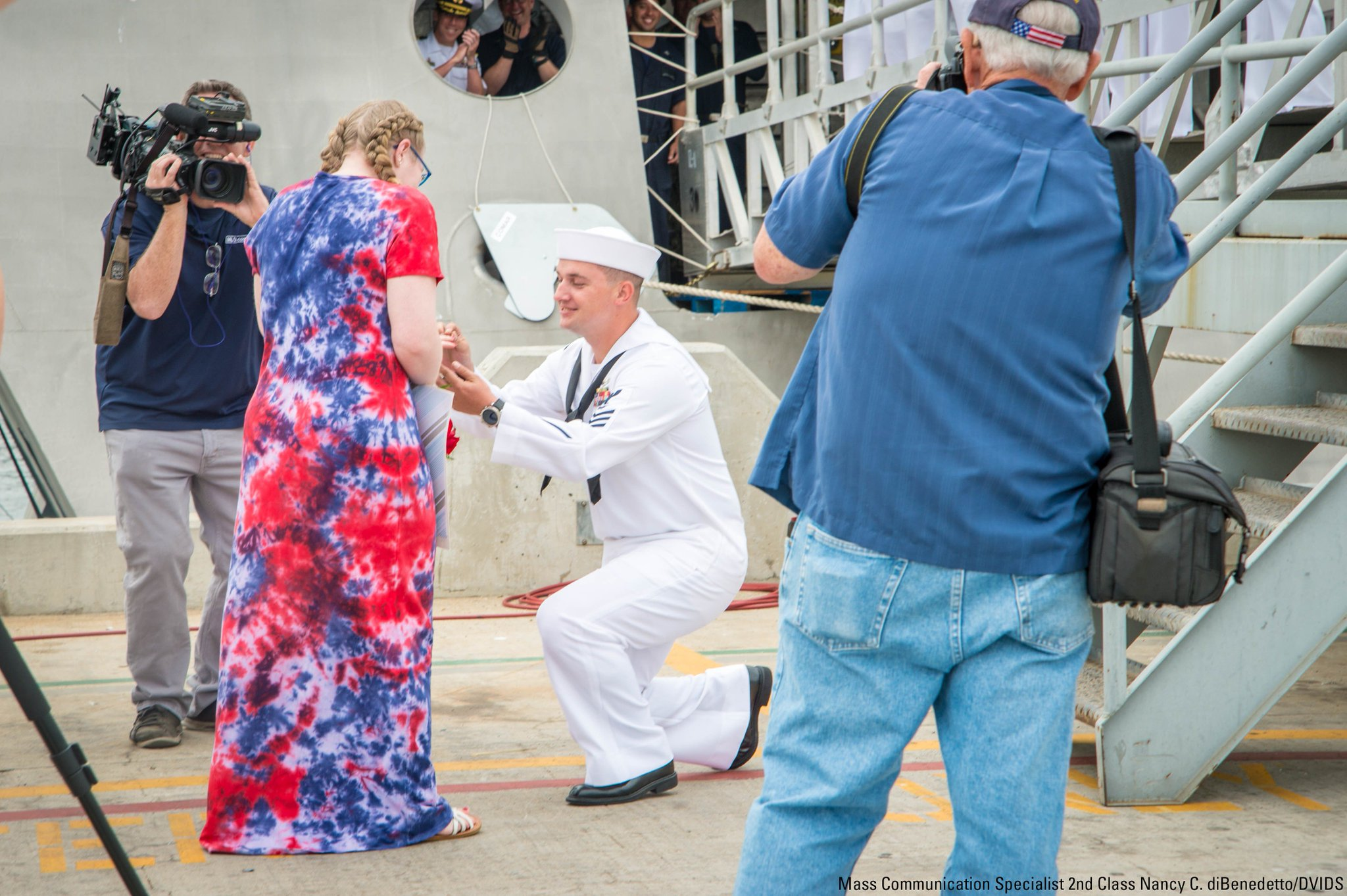 Mineman 1st Class Donavan Page proposes to his girlfriend during a homecoming celebration in San Diego on June 19. https://t.co/fzuLRgY1dK