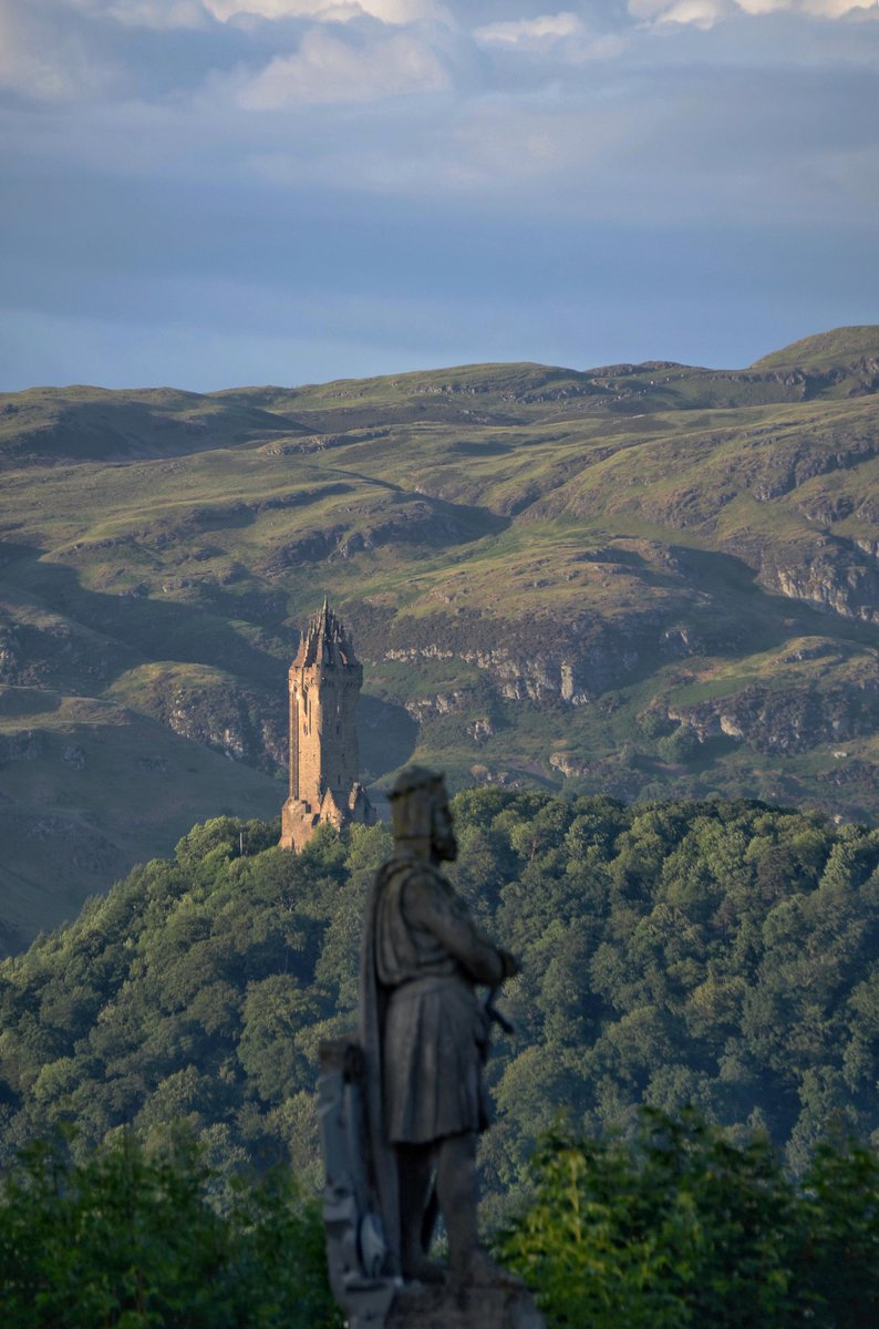 On this day in 1314: Robert the Bruce defeated a much larger English army under Edward II at the Battle of Bannockburn. Photo is of King Robert the Bruce and The Wallace Monument, taken from Stirling Castle. Amazing pic by @CharlesMcGuiga2 , thanks.<br>http://pic.twitter.com/MrwaZHZlz7