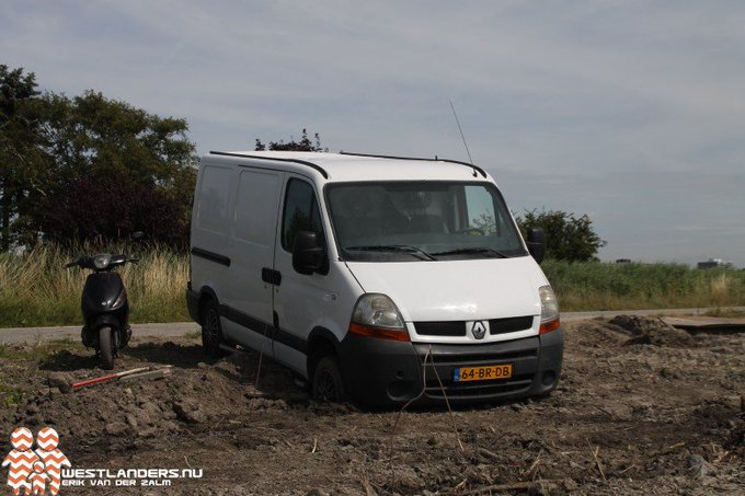 Bedrijfsauto strandt in de Harnaschpolder https://t.co/bn8U4anMwh https://t.co/agiBM4KlP1
