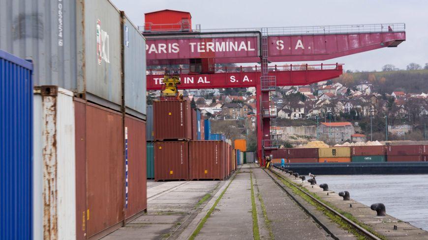 Hauts-de-Seine : un incendie impressionnant dans le port de #Gennevilliers https://t.co/7RD4A3DLsn