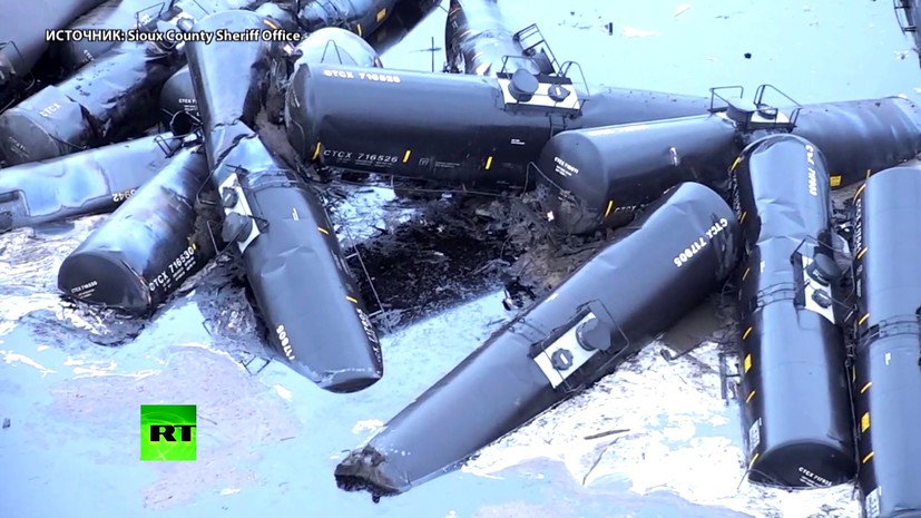 В американском штате Айова 32 вагона грузового поезда сошли с рельсов. В результате произошла утечка 5 500 баррелей нефти, часть сырья попала в ближайшие водоёмы (ВИДЕО) https://t.co/71AS4MBjy8