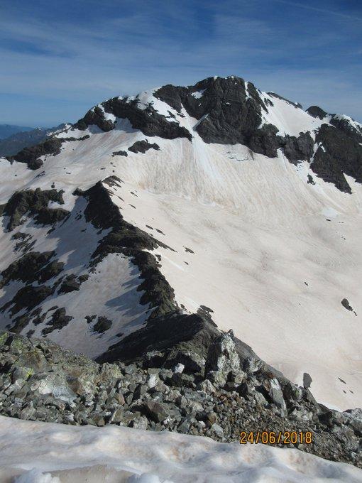 Espectacular...¡Cómo está el Pirineo por encima de los 2500m! Mucha nieve en la vertiente norte de las tres Sorores y en los lagos de la Munia. Enhorabuena por ese bello tresmil que es el Robiñera. 📸@maitepariente
