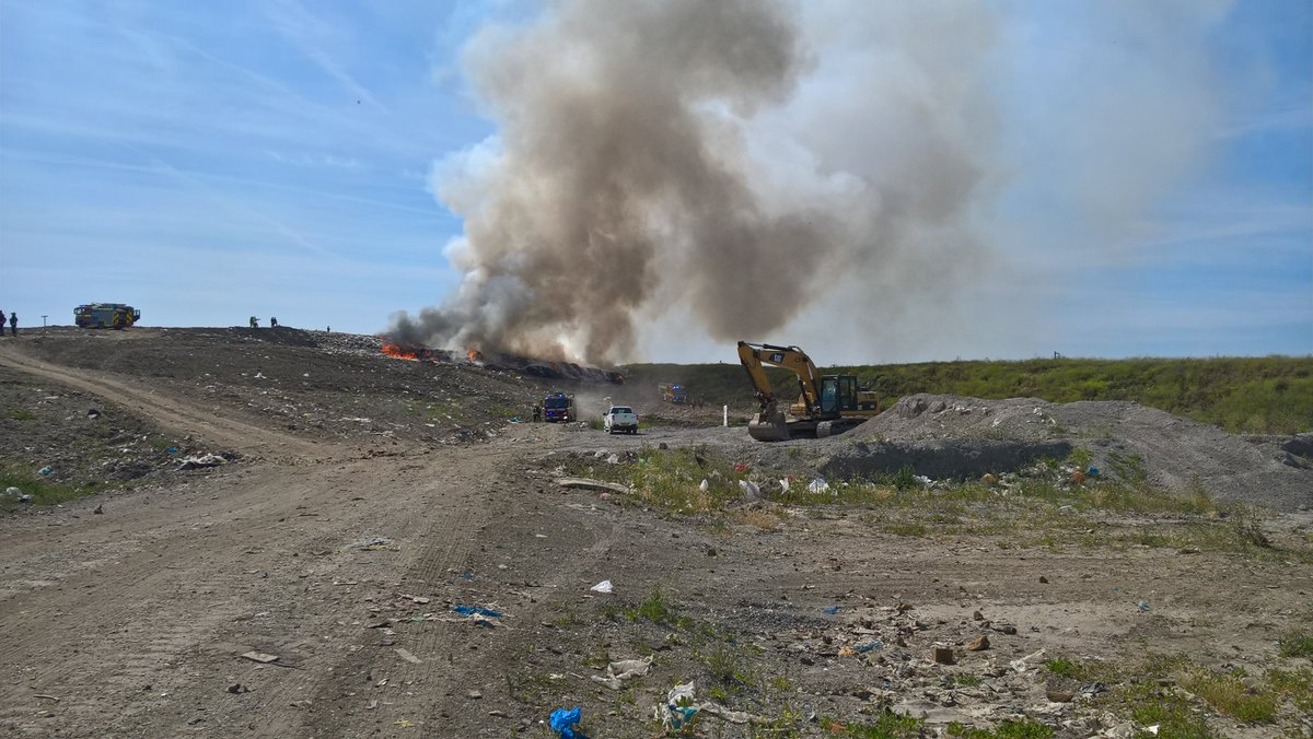 Crews remain at the landfill site fire in #Rainham with firefighters likely to be on scene for a number of hours https://t.co/S8hY7YFEKo