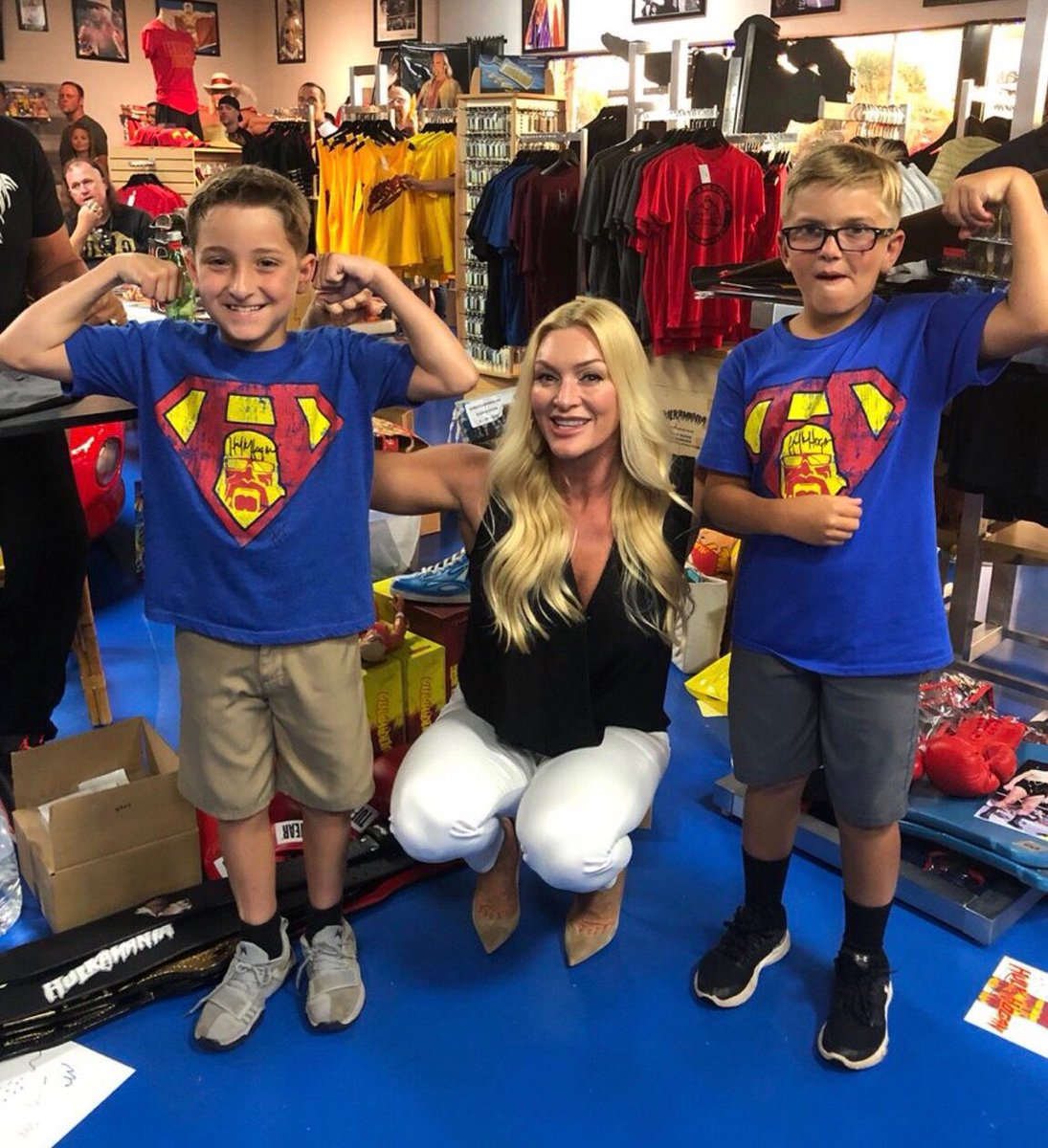 Last night in Orlando at @HogansOrlando, my wife Jennifer hanging out with a couple Maniacs that are wearing Superman Hulk shirts! Really cool Brother. HH