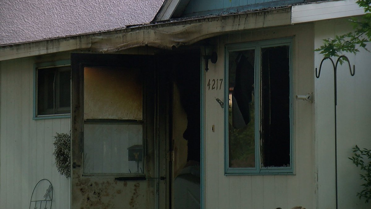 Authorities say one person is dead after a house fire early Sunday morning in south Minneapolis. | https://t.co/lZFfMXRjER