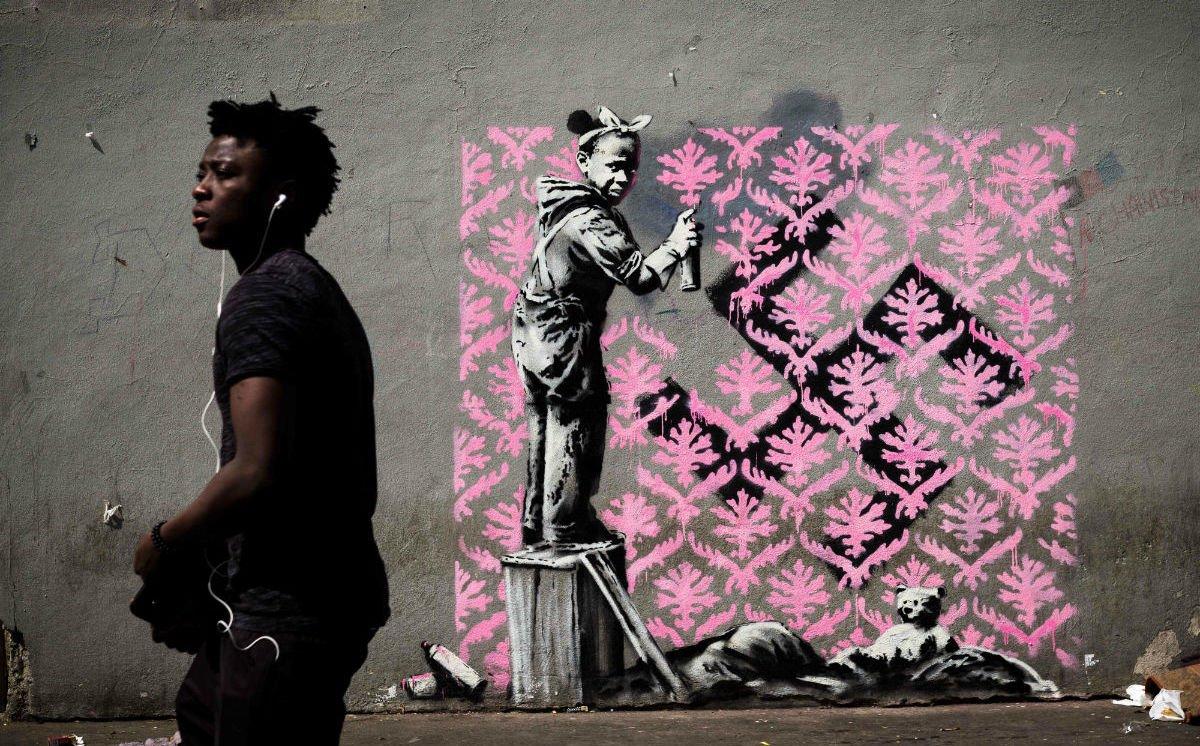 Banksy reaparece en #París; critica crisis de refugiados https://t.co/dzOcQTE4kf https://t.co/XR8JTzdWcK