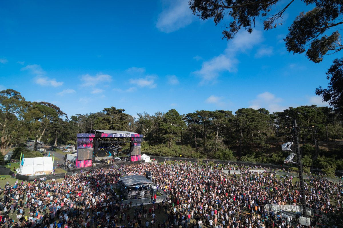 ranger dave loves when the sky at #outsidelands is the clearest blue. (📷: @jorgphoto)