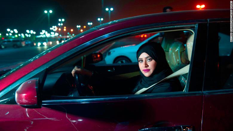 Las mujeres ya pueden conducir en Arabia Saudita tras fin de prohibición https://t.co/QvPFIdPPxK https://t.co/COag6XB78I