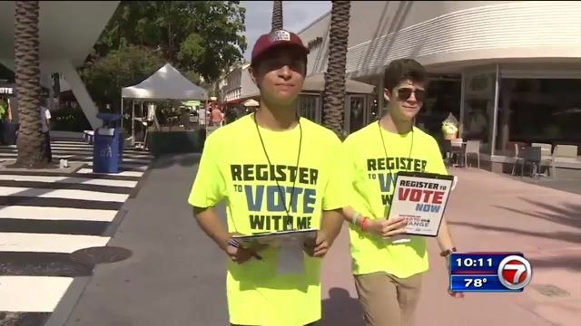 Stoneman Douglas students on #RoadToChange Tour register voters on Lincoln Road https://t.co/Qgdt2U540h