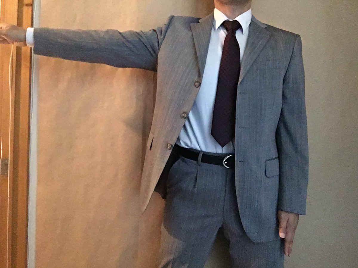 水平まで腕を上げると肩パット?の形が盛り上がっていき、逆の襟元も引っ張られます。ボタンをあけてる場合は当然片方だけです。