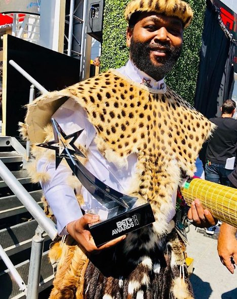 Sjava bags a BET Award   South African musician Jabulani 'Sjava' Hadebe won the Viewers Choice Award at the #BETAwards which took place at the Microsoft Theater in Los Angeles, United States.  Congratulations Sjava!  Pic: @Sjava_ATM