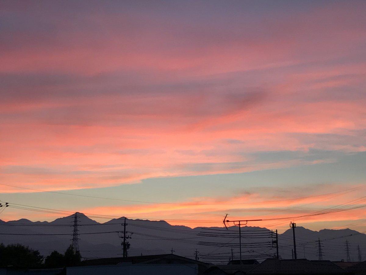夕焼け。 電線が残念だけど、山の稜線が美しい時間。