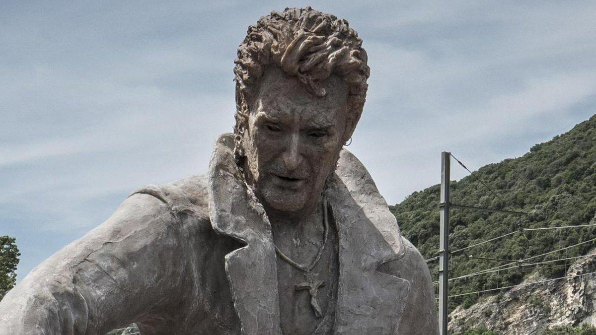 La statue géante de #JohnnyHallyday va-t-elle bientôt perdre la tête ? https://t.co/vQYLKre5vX