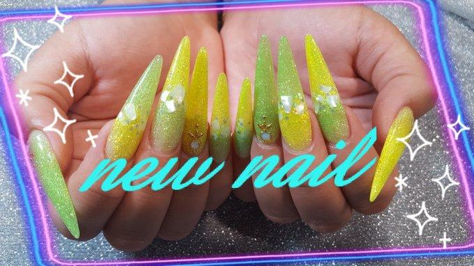 黄色と薄いグリーンのネオンカラーのグラデーションにしたよー☆ 真ん中にシェルで夏っぽさ、プラス! キラッキラでかわいい(*´ノ∀`*) 実際の方がキラキラー! 夏ネイルが一番好き!! https://t