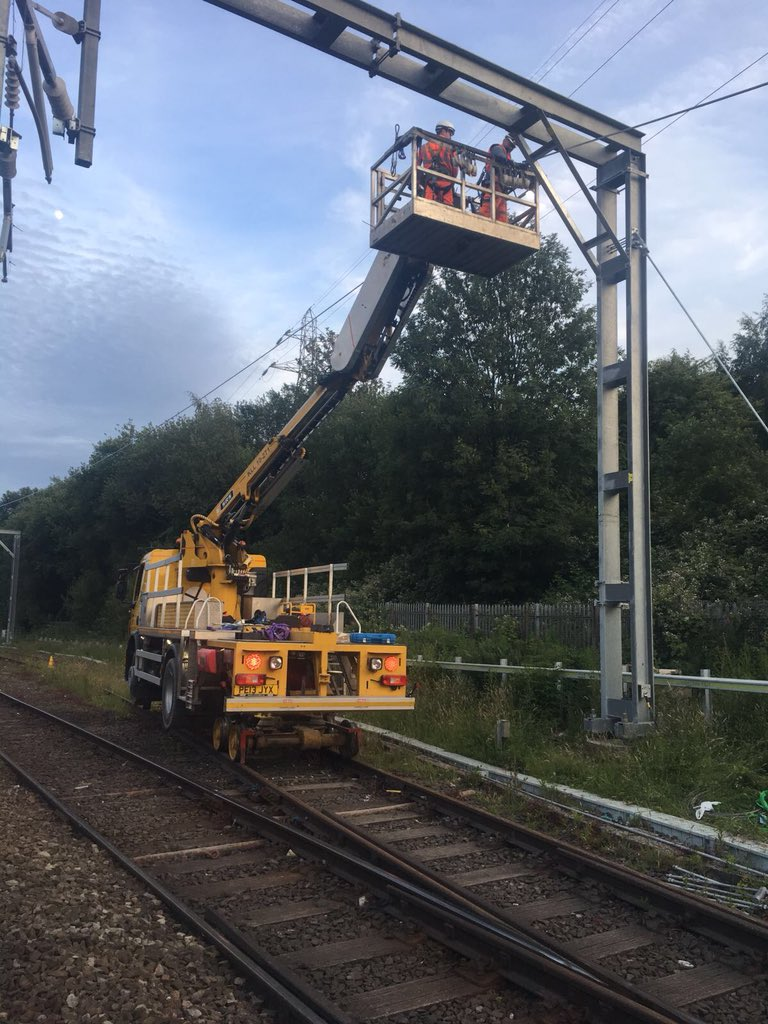 A snapshot of our weekend work on the #Manchester-#Bolton-#Preston route. Work continues to install new overhead line equipment that will enable faster, greener & quieter journeys🚆 networkrail.co.uk/bolton @northernassist #GNRP