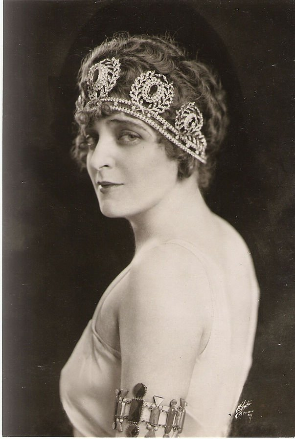 Marguerite Namara in a Chicago production of Thaïs . Namara was born in Cleveland, Ohio and performed with the Chicago Opera Theater in the late 1910s and early 1920s. #glamourmonday #theater #chicagoopera #namara