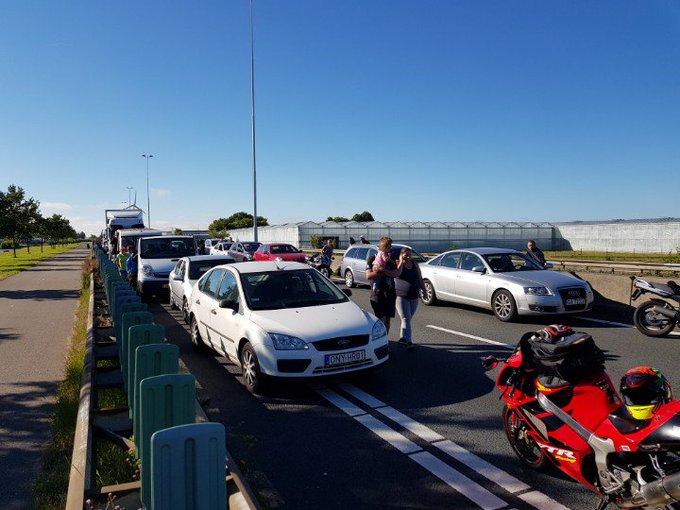 Maasdijk Zwaar ongeluk. Velen staan al bijna 2 uur stil op snelweg #A20 en gaat nog ff duren. https://t.co/RXg6KxfYQk