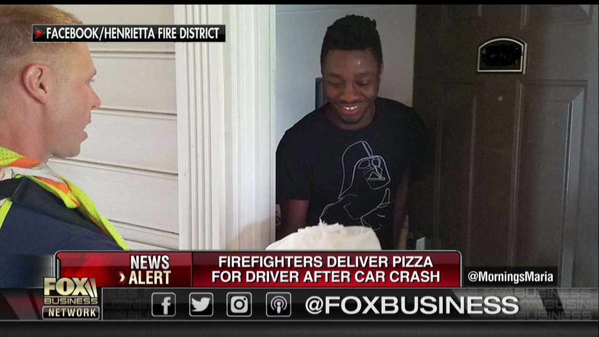 NY firefighters deliver pizza after driver gets into crash  https:// fxn.ws/2MnKieT  &nbsp;  <br>http://pic.twitter.com/aaDR7ArPQm