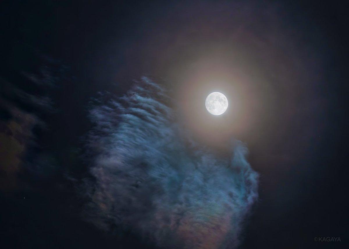 空をご覧ください。 今夜は満月に次いで美しいといわれる十三夜月。 東京では淡い色彩の光環をいただいています。(写真は先ほど撮影したものです) 今日もお疲れさまでした。明日もおだやかな一日になりますように。