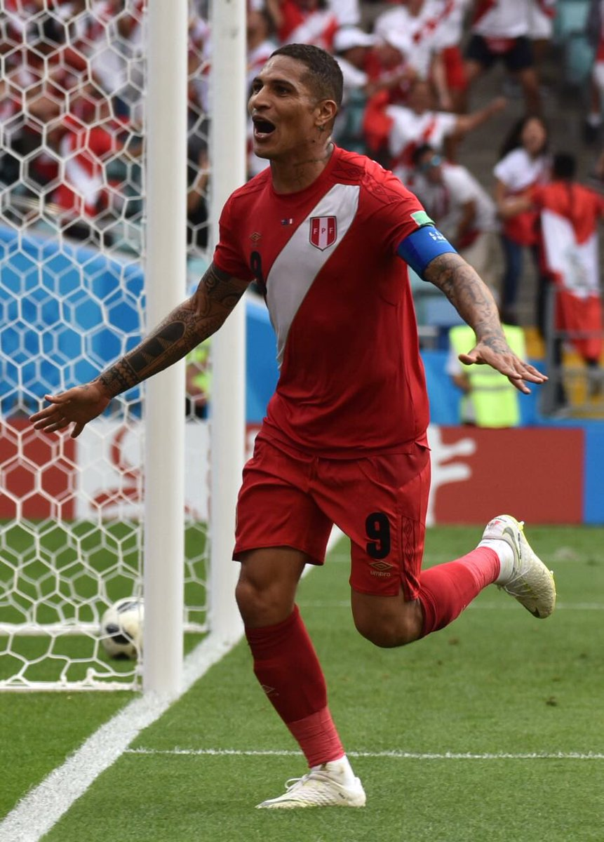 ¡Momento emotivo! 🙌🏽  El primer gol de nuestro capitán en una @fifaworldcup_es. ¡VAMOS PAOLO! ❤️🇵🇪  #PreparadosParaTodo #Rusia2018
