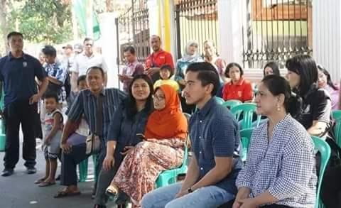 Ibu Negara, Iriana Jokowi, ditemani putra bungsunya, Kaesang Pangarep, saat datangi TPS di Solo.