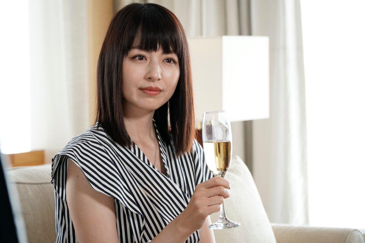 平井理央シャンパン片手にニコリ