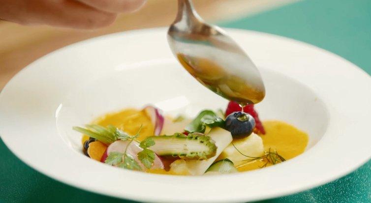 Il tutto condito con uno smoothie e base di carote, zenzero e latte. Guarda il video: https://bit.ly/2uvkqGr  #ScuolaLCI #HowTo #Estate #Frutta #Verdura #Salad #Smoothie  - Ukustom
