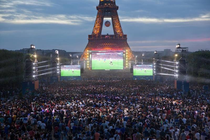 Menara Eiffel Rayakan Prancis Juara Piala Dunia 2018 - 2