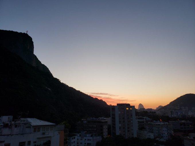 Amanhecer gelado no Rio nesta sexta-feira, 13! Apesar das temperaturas baixas, o dia começa com céu claro e a previsão é de sol. A foto é do ouvinte Marcelo, direto do Jd. Botânico. #SextaNaCBN Foto