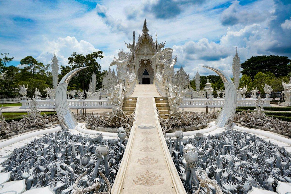 ぼく「念願のホワイトテンプルことワットロンクンに来たぞ!本当に白くてきれいなお寺だこと!それにしてもあのごじゃごじゃしたのはなんだろう?」 寺の作者「地獄を表現してみました★ミ」 ぼく「うわあああああああああああああああああ」