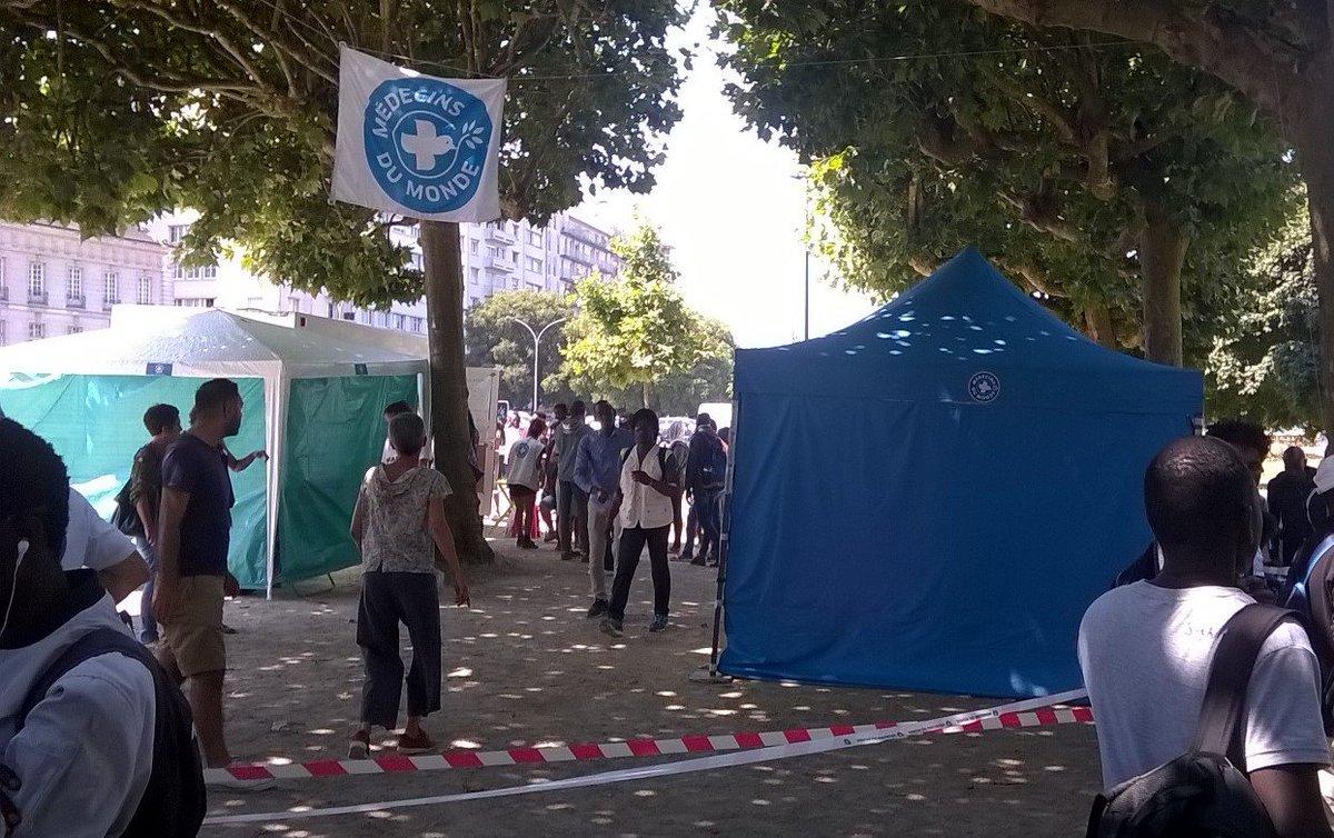 La situation de centaines de #migrants tourne à la crise humanitaire.  A #Nantes, square Daviais, face à l'inaction des pouvoirs publics nous lançons une opération d'urgence.  ➡️Nos équipes installent des cliniques mobiles pour proposer des consultations & des soins #solidarite
