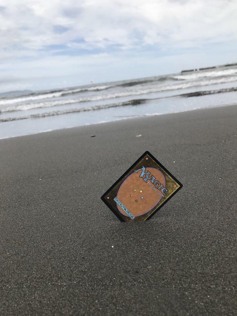 海辺にカード突き刺して写真撮ったらとても良い写真になったので皆さん見てください!!!!!!!!!!!🌋🌋🌋  スマートフォンの壁紙にすると夏っぽくなるので是非!!!!!←