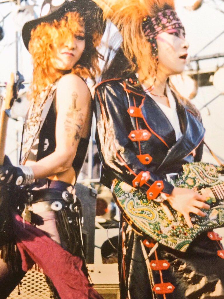 背中合わせに演奏しているYOSHIKIとTAIJIのX JAPANの画像