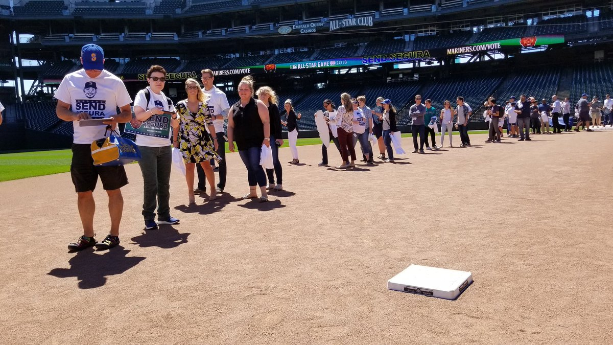 Fans of the @Mariners are lining the infield at Safeco Field for #SeguraFest in support of #SendSegura and voting for Jean Segura as the final member of the all-star team. Vote at mariners.com/vote. Voting and the event end at 1:00!