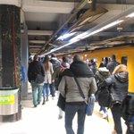 Image for the Tweet beginning: ブエノスアイレスの地下鉄。いつもものすごい人で混んでる。東京みたい。