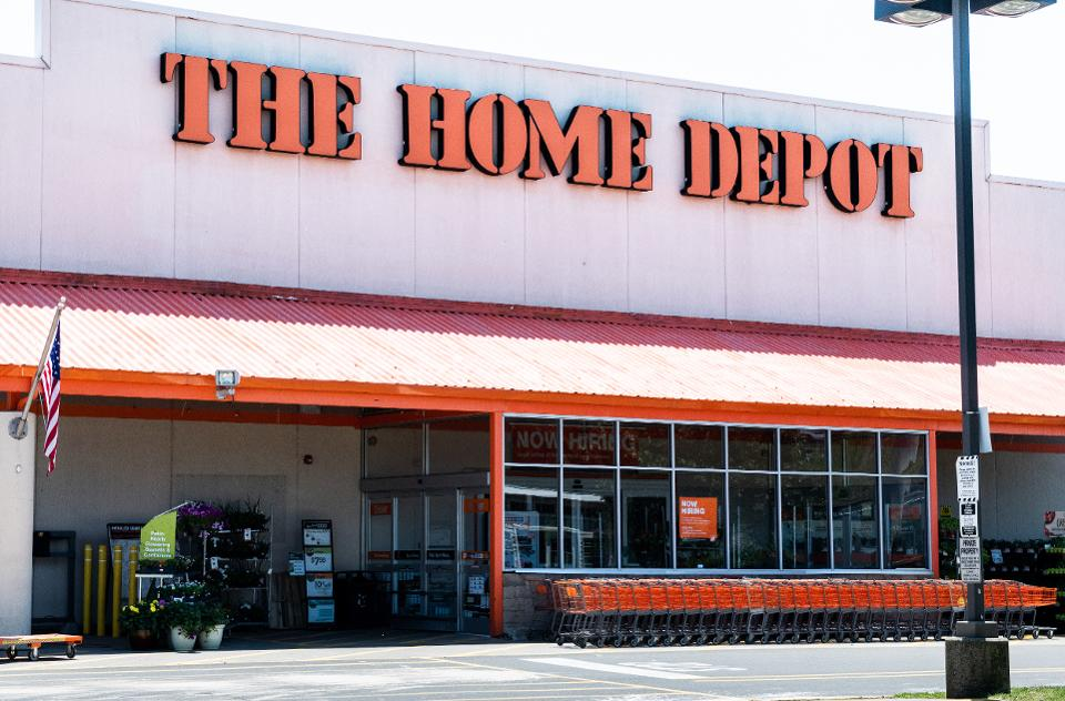 Home Depot is moving beyond lumber and into the home decor category https://t.co/0i3lXRptCz https://t.co/QSks5bGp5i