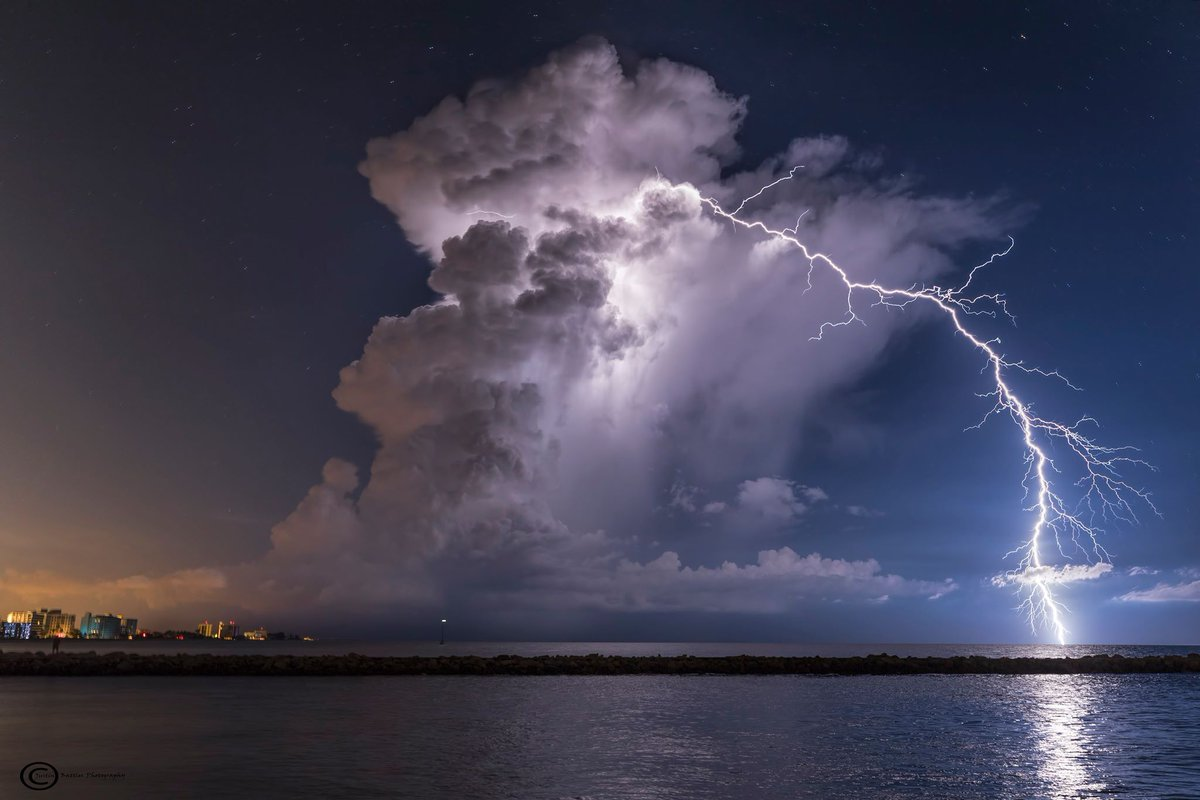 Incredible Pic Of A Lightning Strike In Venice Last Night Classic Example How Lightning Can Strike  Miles From Parent Cloud