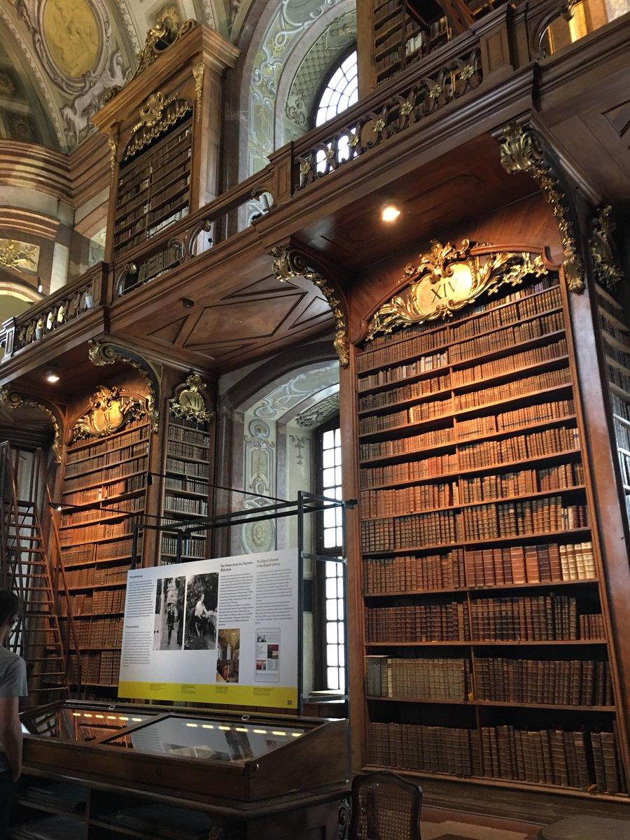 この前行ってきた図書館が死ぬほど好きだったからお裾分け。入った瞬間に溢れる古書の香りが最高すぎた。これだけでウィーンに住みたいって思ったよ……