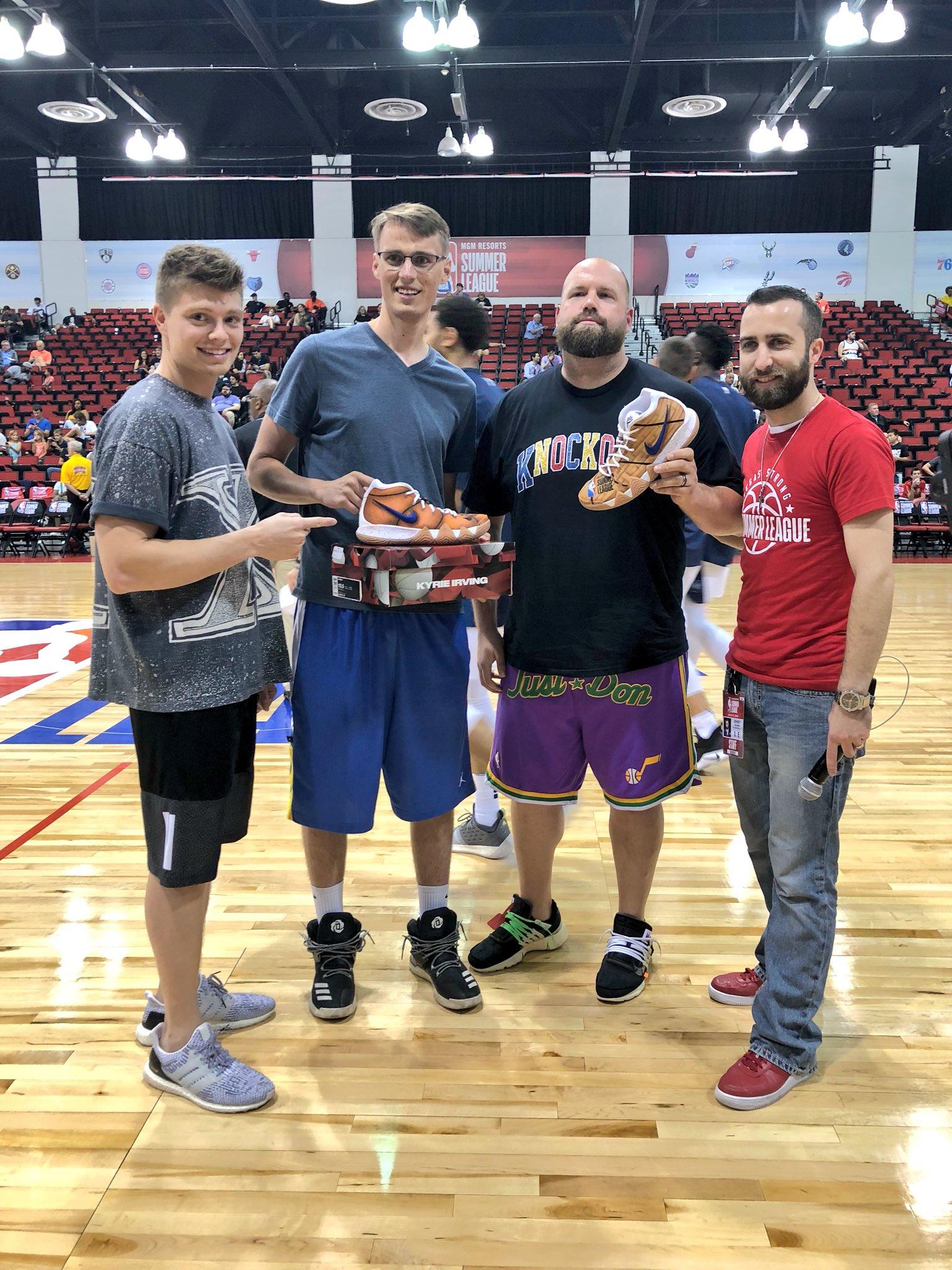 .@austinjmills presents the winner of these @MACHE275 custom #NBAKicks during halftime! #NBASummer #NBAPlaymakers https://t.co/OYpWsArUGX