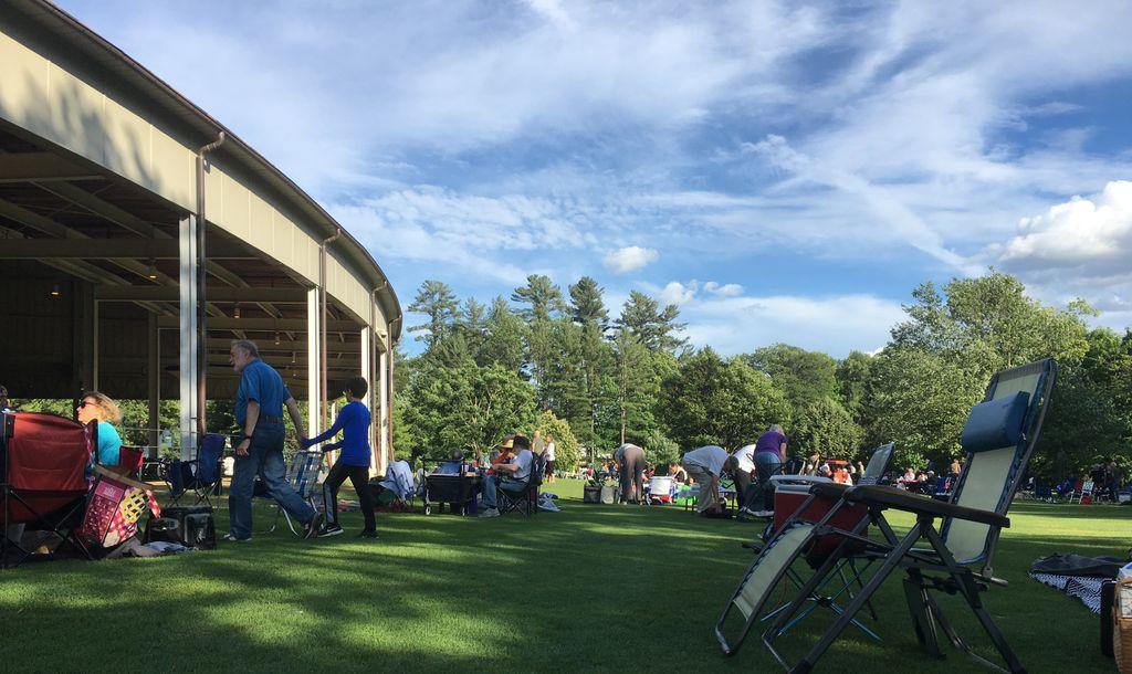 最近听了一场演出,我们买的草地票,现场美国人带了垫子、沙滩椅、各种美食、葡萄酒、蜡烛,有小朋友玩橄榄球还有文艺中年学茶道…根本就是公园野餐区嘛!其实当晚是波士顿交响乐团表演古典音乐。美国人善于把所有事情搞得和 BBQ 一样接地气,这种降低门槛的能力也是一种牛逼竞争力 #美国那些真事 https://t.co/WwfjJhCGhk 1