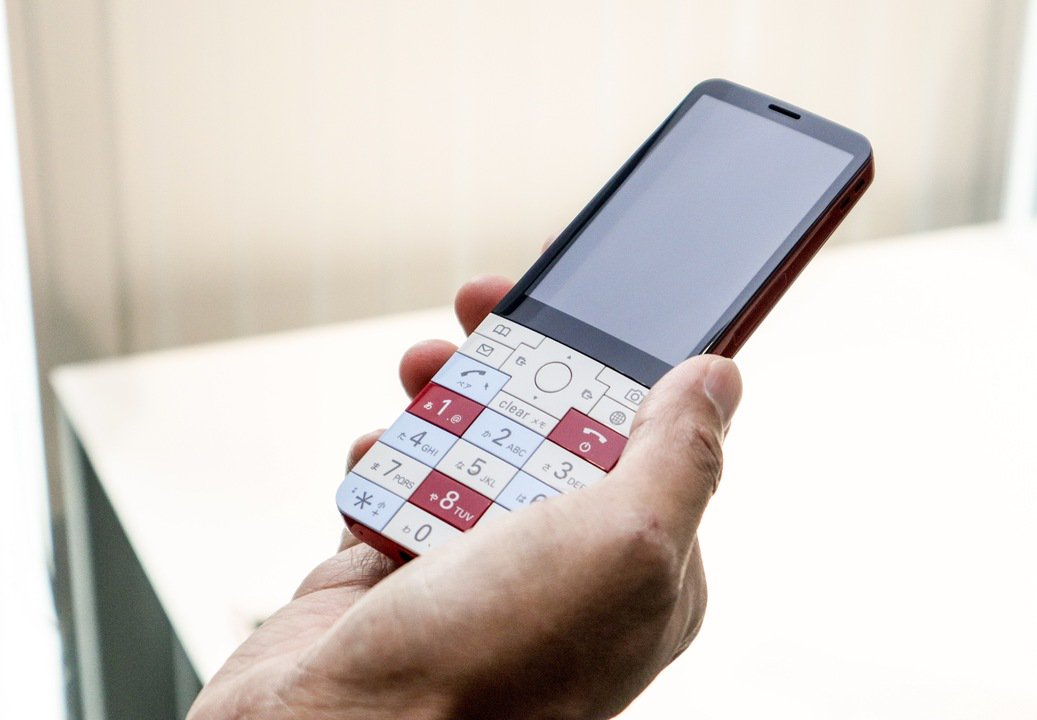 帰ってきたぞ!僕らのINFOBARが! #携帯電話 #au #デザイン https://t.co/gurjrPmfcy