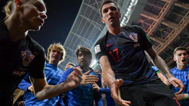 Angleterre-Croatie : un photographe enseveli sous les joueurs croates après le but de #Mandzukic https://bit.ly/2JfjJGH #CROENG #CoupeDuMonde  - FestivalFocus