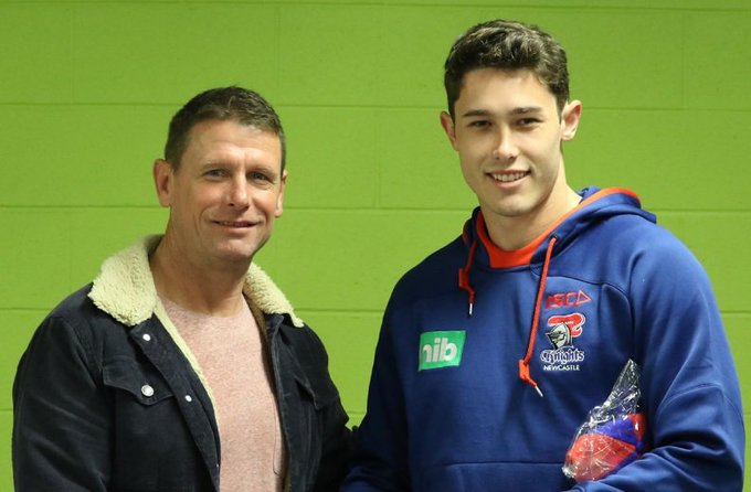 Knights legend Bill Peden presents Nick Meaney with his debut jersey and baggy red and blue! 📽️ #OurTownOurTeam #NRLKnightsEels Photo
