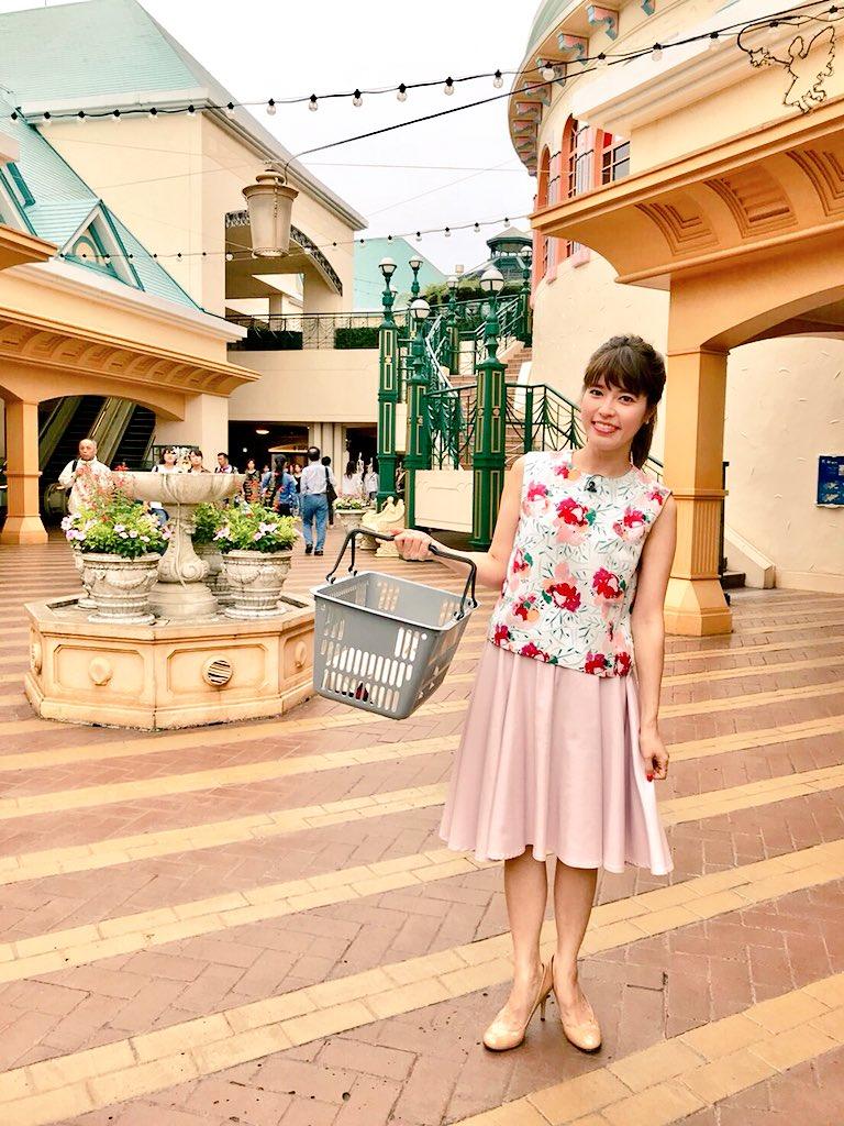 花柄シャツにピンクのスカートをはいた神田愛花アナの画像