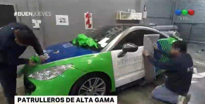 #BuenJueves Así transforman un auto deportivo que fue incautado a un narco para que sea usado por la Policía Foto
