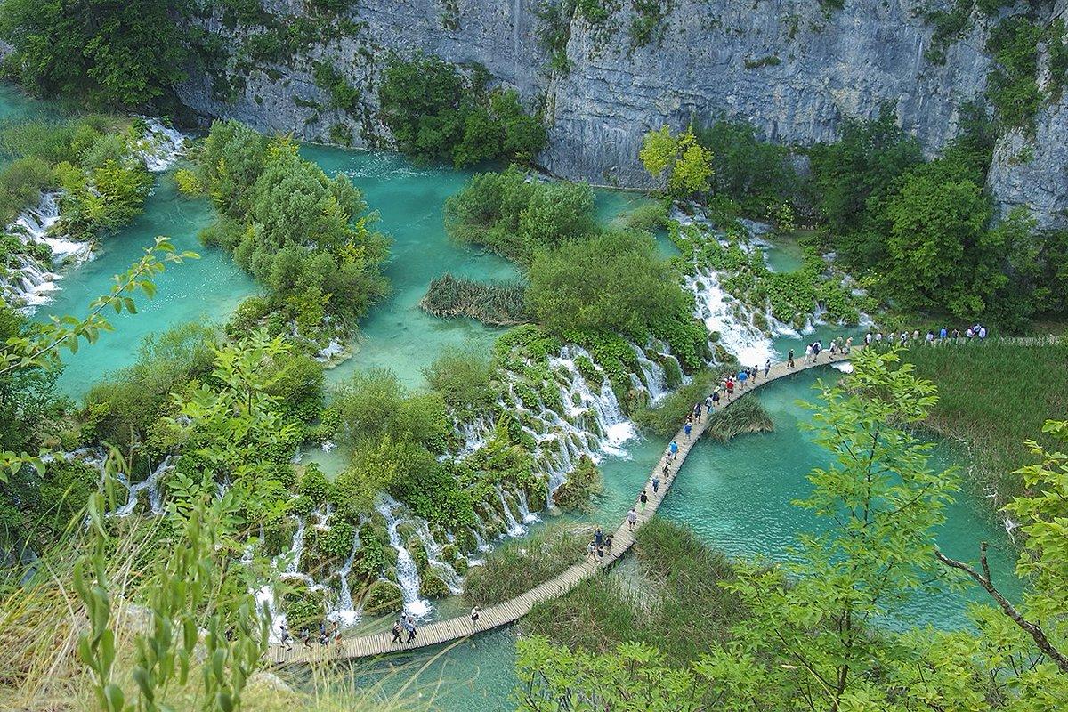 ヨーロッパではちょっとマイナー気味だけどクロアチアは最高ですよ みてくれこのえげつないくらいの水の透明度!ジブリそのものみたいな町並み。