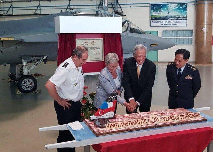 Avec @Ng_Eng_Hen ministre de la Défense de Singapour, sur la #BA120 pour les 20 ans du détachement de la Republic of Singapore Air Force : + de 180 pilotes de chasse de la RSAF y ont déjà été formés en vertu du partenariat stratégique qui lie durablement nos deux pays 🇫🇷🇸🇬 Photo