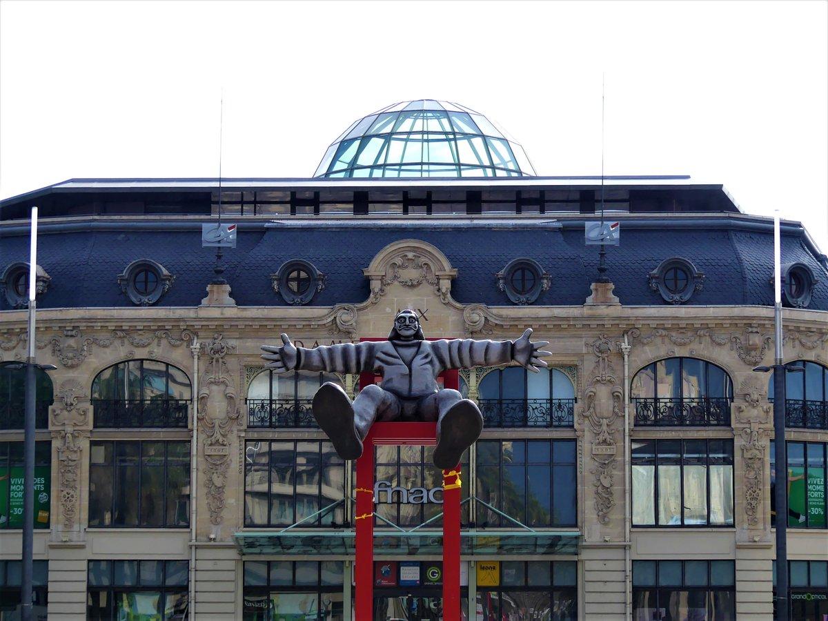 Bon #jeudiarchi depuis les PO avec cette photo prise devant les Dames de France à Perpignan, un bâtiment superbe avec sa coupole ! Salvador Dali fait face à son centre du Monde ! <br>http://pic.twitter.com/4SdiPODDHo