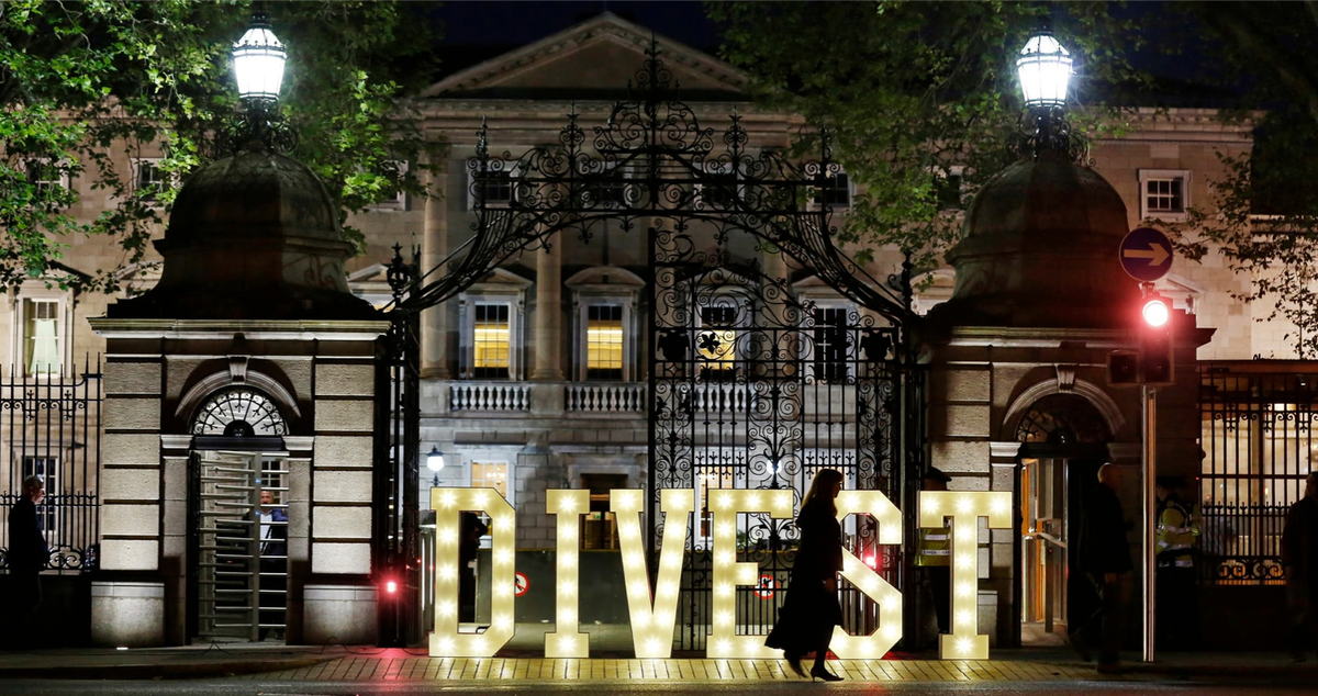"Ireland will be first country to divest from all fossil fuels after all-party support in Parliamentary vote. The €8bn national investment fund must sell all investments in coal, oil, gas & peat ""as soon as is practicable"", expected to mean within 5 years. jeremyleggett.net/2018/07/12/ire…"