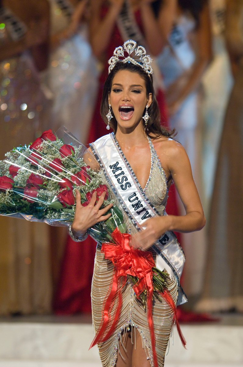 Throwback! #MissUniverse 2006 @Zuleyka_Rivera from Puerto Rico is crowned. 🇵🇷 #TBT